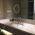 A mpla bancada do banheiro lhe permite o espaço necessários para acomodar todas as suas coisas.