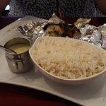 Papillote de lieu aux petits légumes avec du riz et accompagnée de crème persillée.