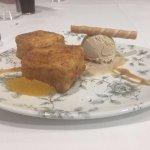 Leche frita con helado de turrón y zumo de naranja flambeado con anís.