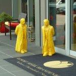 Das freundliche Begrüßungskomitee am Hoteleingang