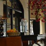 Vista de la entrada al hotel con el agua y la cesta con frutas