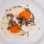 Simply fried eggs with truffles