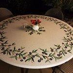 Tavoli in Pietra Vulcanica decorati a mano posti all'esterno dell'Hotel.