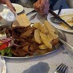fetas de carne con ensalada griega