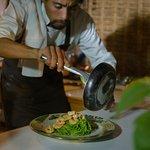 Sirviendo el delicioso Pesto con langostinos en cena Degustación
