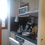 Un vrai coin cuisine séparé par porte coulissante, mais mini