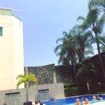 La piscina es muy tranquila, hay servicio del restaurante a la alberca y puedes comer ahí.