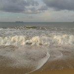 Песочный пляж, волны были не каждый день, примерно половину из 12 дней мы плавали, вода очень тё