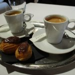 Brasserie de la Paix - Duo de cafés avec leurs éclairs au chocolat fourrés à la framboise