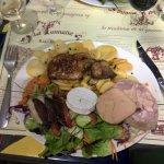 Assiette avec Foie gras frais poelé, foie gras, cou de canard et magret de canard séché.