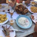 recién preparado y servido a lo tradicional, pescado frito, langosta parrilla, plátano, patatas
