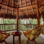 Balcón con vista al jardín tropical de Riviera Maya Suites