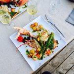 Plat du jour : demi homard et brochette de St Jacques, accompagnés de petits légumes.