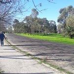 Gente caminando por el sendero