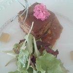 Cubotto di maiale servito, come tutti i piatti, con decorazione floreale