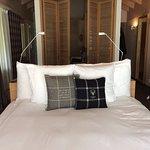 Bett, dahinter Pult und Badezimmer