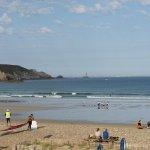 vue de la chambre au réveil, less premiers surfeurs sont déjà là, le soleil aussi !