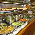 Buffet principale delle verdure e dei dolci freddi