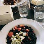 riso venere con pomodorini, mozzarella e basilico (quello dietro riso rosso con pollo al forno c