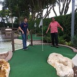 Disfrutando del mini golf. Totalmente recomendable.
