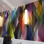 joli papier peint aux couleurs coordonnées à la salle
