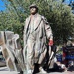 Leninstatue um die Ecke; daneben: Leckerer Imbiss (Gyros, Fuhl)