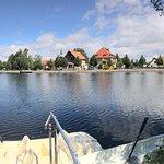 Blick von der Terrasse auf den Teich und die Stadt