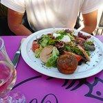 Belle et bonne salade périgourdine .