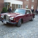 Rolls Royce vor dem Hoteleingang.