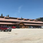 Lodge with rooms, restaurant, and bar