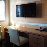 Mobilier moderne et grand écran télé