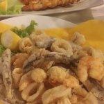 fritto di pesce e spiedini gamberi e calamari