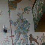 Salón decorado con motivos medievales