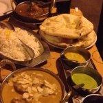 Un riz, 2 pains nans, boeuf vandaloo et poulet Murgh Korma