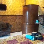 Chambre avec salle d'eau derrière le paravent