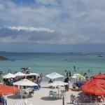 Vista das barracas de restaurantes na beira praia
