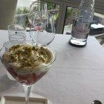 Triple de petits suisses, fraises, pistaches croquantes.