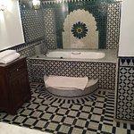 Bad mit Badewanne, stilvoll gekachelt.