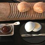 Purée de pruneaux maison, petits pains au levain, beurre Bordier