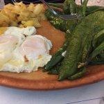 huevos fritos con pimientos fritos y patatas