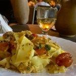 Piatto di pasta con pesce spada, menta e pomodoro fresco