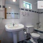 Baño con tina habitación standar