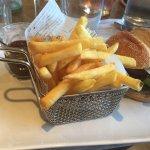 Le burger du jour aven un pain Bun, frites et sauce barbecue