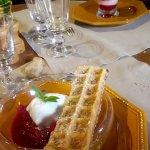 gaufre dorée, glace au lait pendu, compotée de cerises framboisées
