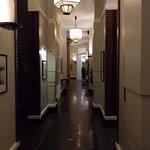 Couloir amenant des chambres vers l'accueil et la salle de petit déjeuner