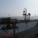 Vistas al paseo marítimo y playa desde la zona de la piscina/tumbonas.