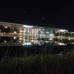 Blick vom Messesee auf das Hotel am Abend