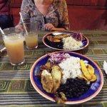 Fresco de tamarindo e casado con pesce a la plancha, riso, fagioli, platano fritto, cavolo cappu