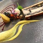 Traditionnel pâté en croûte au ris de veau et fois gras, moutarde de pistaches et pickles