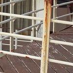 el balcón oxidado y las maderas resecas